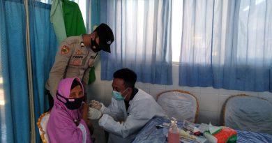 Bhabinkamtibmas Desa Belo Dampingi Vaksinasi Lansia di Jereweh